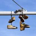 街で見かける電線スニーカーの謎
